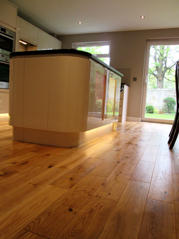 Solid oak floors with curved island (Cramond).