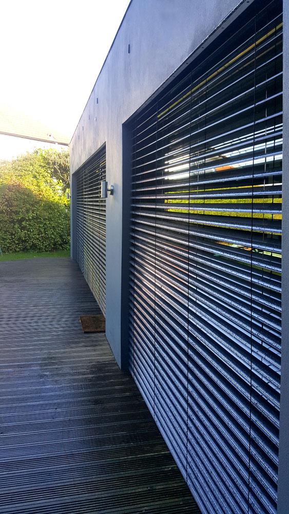 Detail showing the Warema sunscreen blinds on an extension build in Cramond.