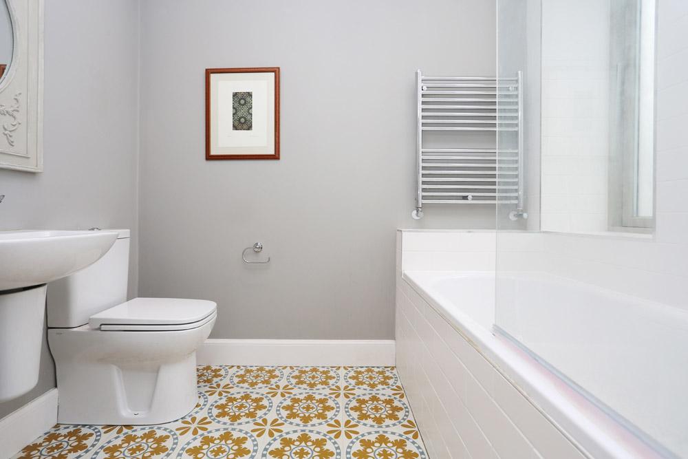 Bathroom featuring Amtico flooring and designed by Jens Bergmark of Bergmark Architects.